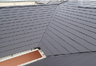 屋根表面の塗装を行い保護しました