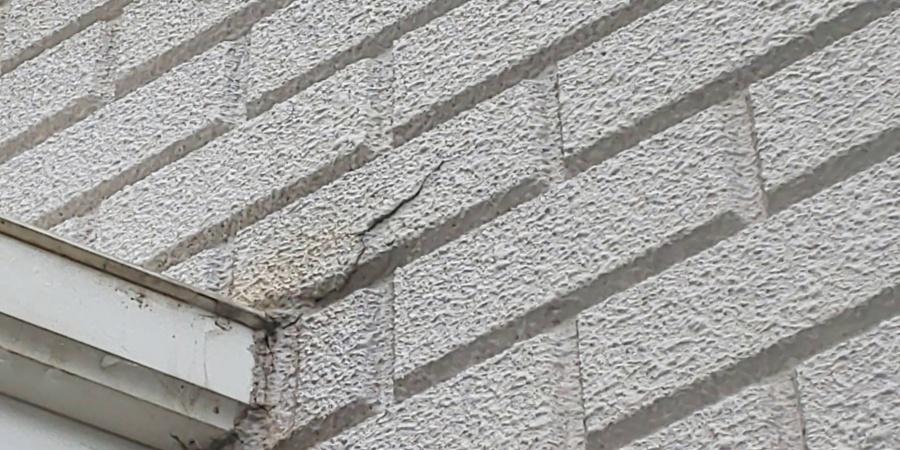 西宮市外壁にできた大きな亀裂