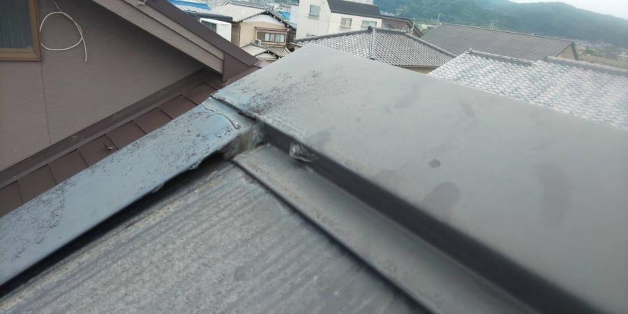 尼崎市カラーベスト屋根に取付られている棟板金