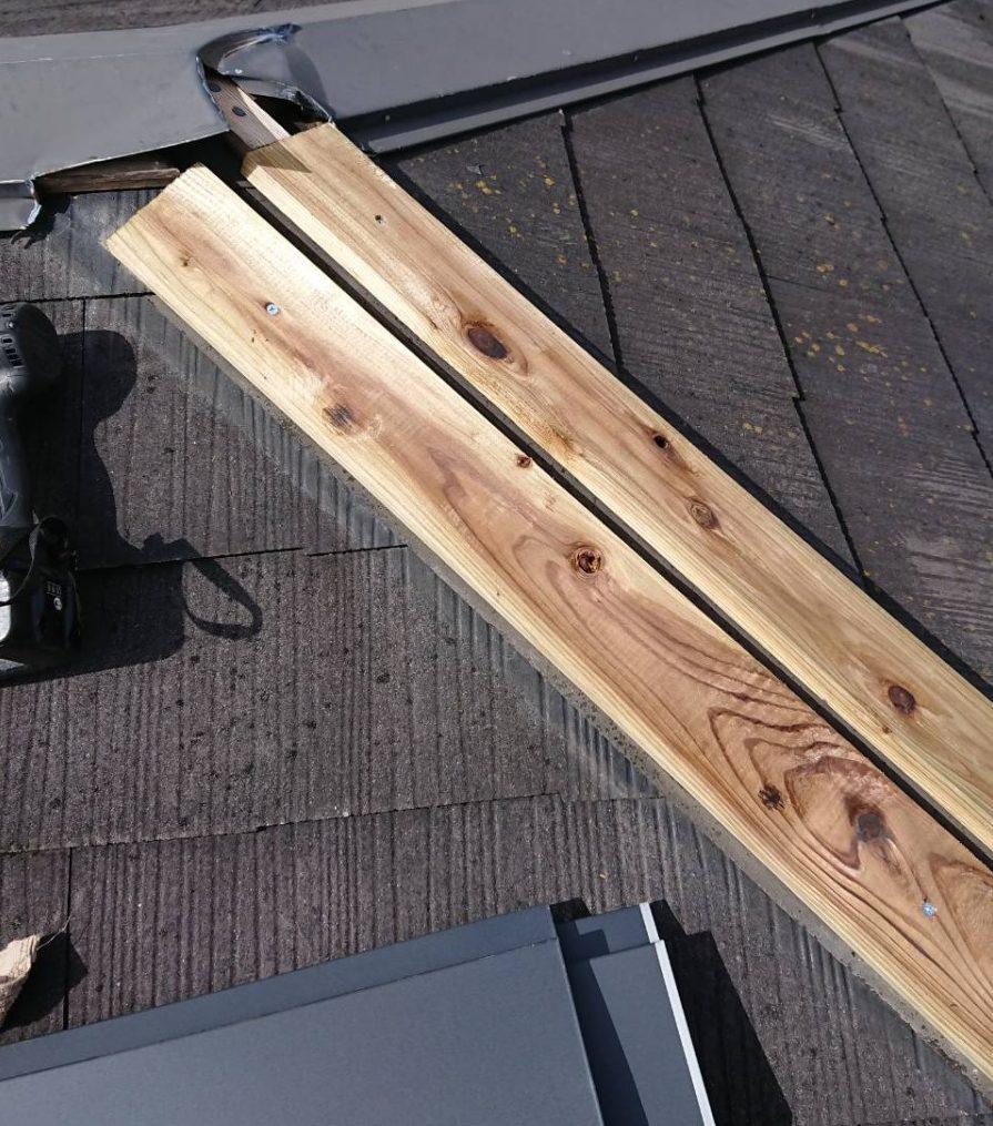 西宮市カラーベスト屋根に乗っている棟板金新しくする