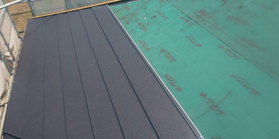 西宮市屋根葺き替え工事防水シート敷き込み作業