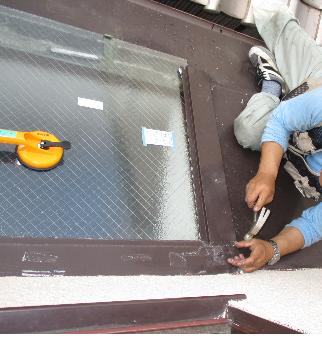 天窓ガラス割れ替え作業中