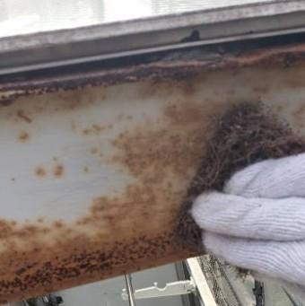 西宮市劣化でサビついた鉄の枠を掃除