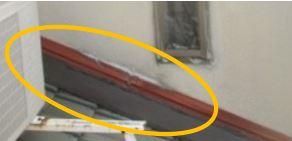 屋根板金が壁にくっついている所