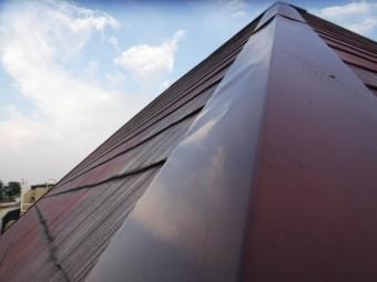西宮市築30年カラーベスト屋根に取付てある棟板金部材