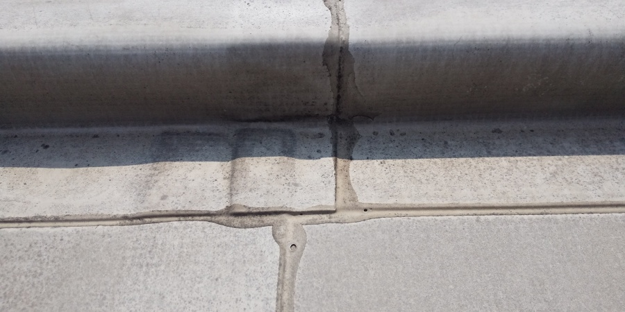 西宮市陸屋根に施工されている塩ビシート防水の劣化