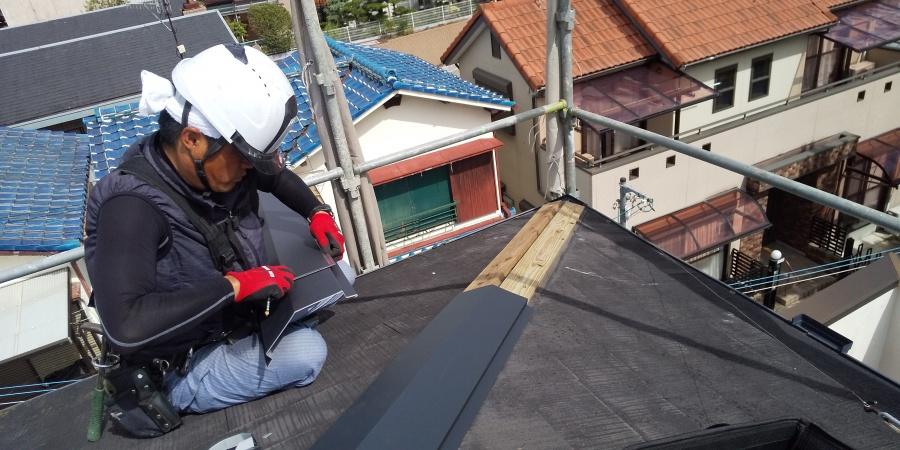 西宮市三階建て屋根にある棟板金修理