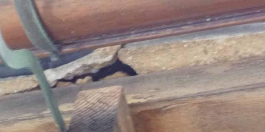 西宮市木造住宅軒先の土が劣化で落ちた