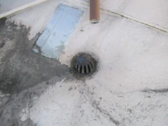 西宮市陸屋根塩ビシートの裏に雨水が侵入