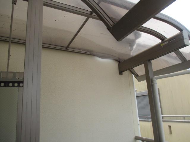 尼崎市木造二階のベランダに取付てあるカーポート屋根部分