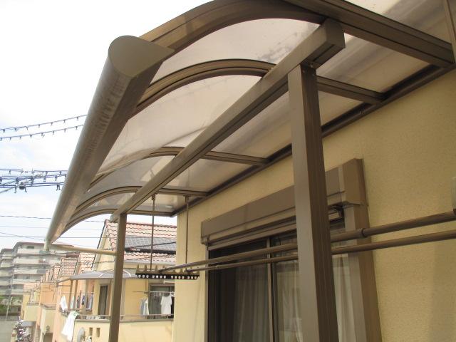 尼崎市2階ベランダ部分に取り付けられている屋根