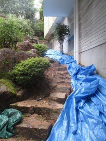 西宮市軒樋の破損で土砂崩れを起こしている住宅の庭