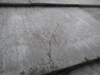 三田市カラーベスト屋根表面ひび割れ