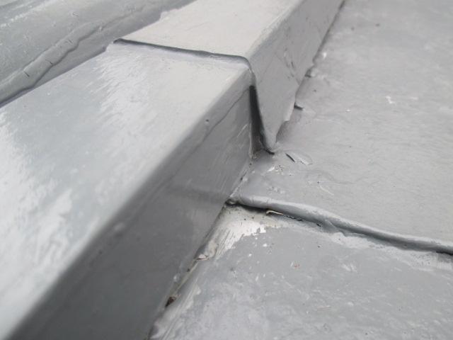 芦屋市茶屋之町築20年ほどになる瓦棒屋根に出来た隙間