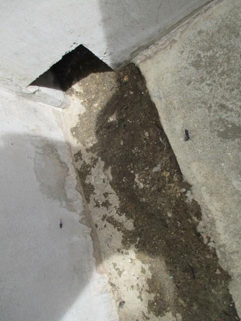 西宮市にて三階建てバルコニーの排水口