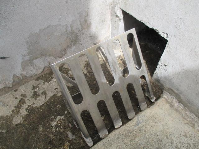 西宮市にて築12~13年ほど経過している三階建て住宅のバルコニー排水口金網