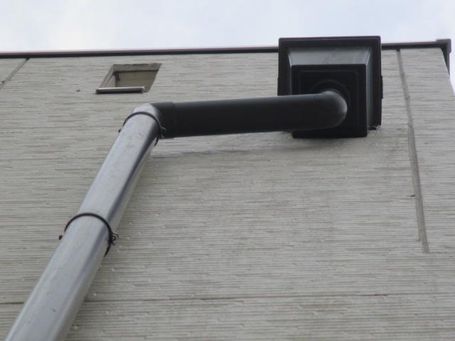 西宮市築10年ほど経過している三階建て住宅に取付られている集水器と竪樋
