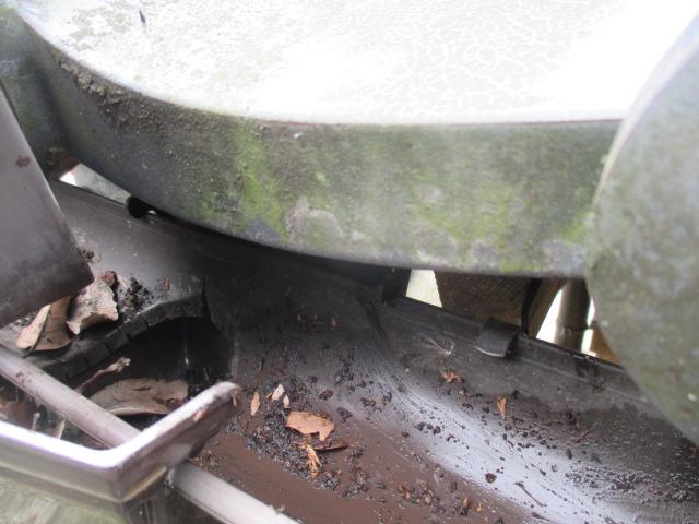 三田市屋根に取付られている軒樋の詰まり解消部分