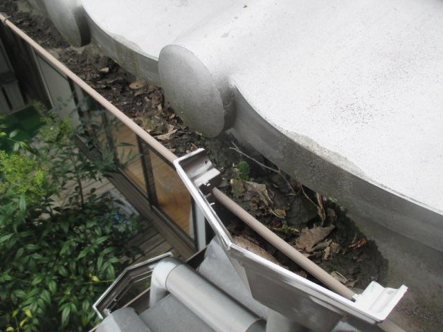 三田市木造二階建て住宅軒樋にたまってしまっている葉っぱや土