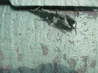 宝塚市カラーベスト表面の塗装膜が剥がれている