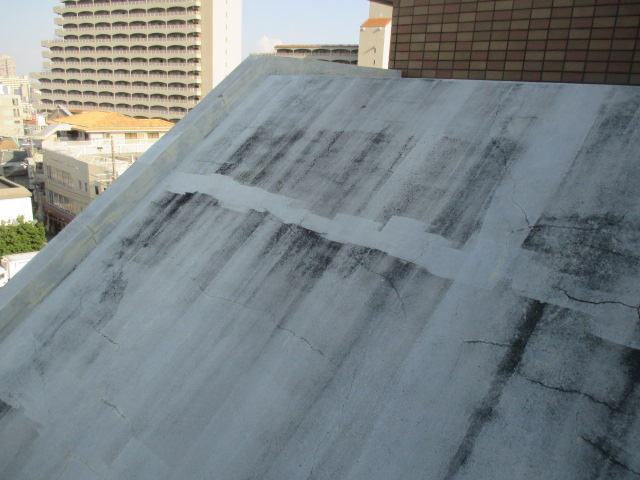 西宮市コンクリートむき出しの壁面黒ずみ