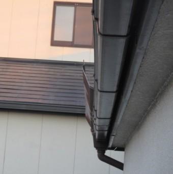 西宮市木造二階建て住宅棟板金が飛んで軒樋に引っかかつている