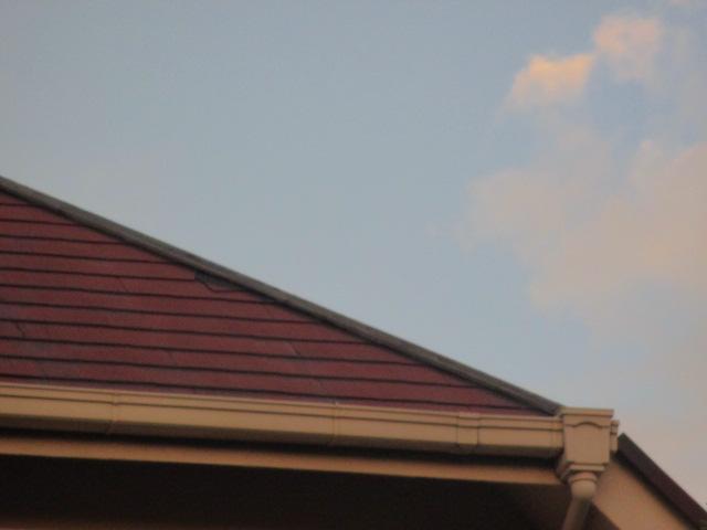 西宮市カラーベスト屋根の棟板金飛んだ貫板見えている
