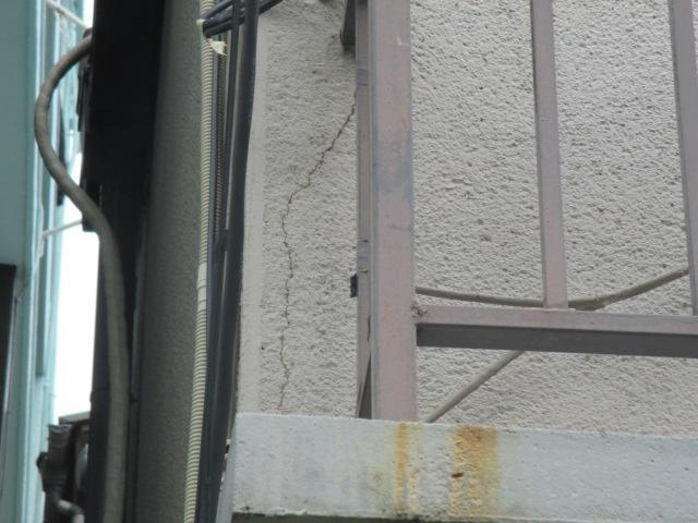 西宮市モルタル壁たてに亀裂が走っている