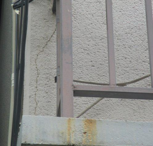 西宮市木造二階建て住宅モルタル壁亀裂