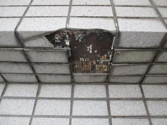 尼崎市タイル階段劣化にて破損
