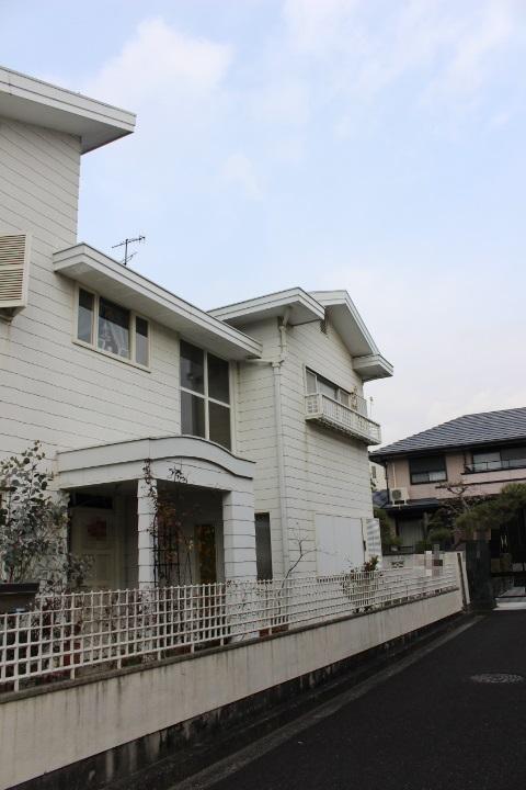 兵庫県西宮市 屋根から板金部材が外れて隣の家の屋根に乗っかてるので見て欲しい。
