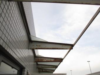 西宮市賃貸マンションベランダに取り付けられているガラス屋根