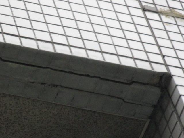 西宮市マンションベランダ裏の壁亀裂