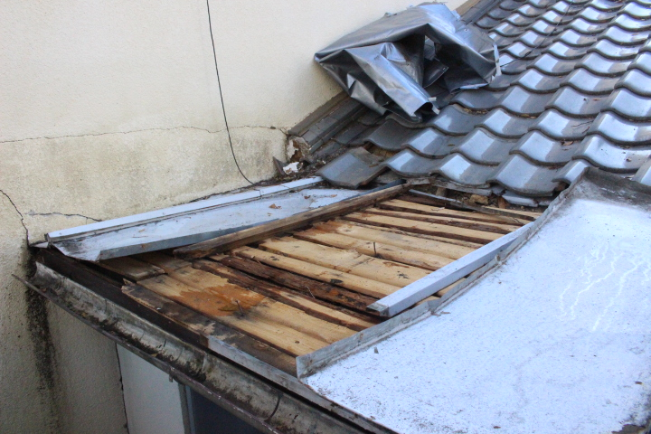 下屋根瓦棒修理1
