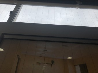 雨漏り 窓からか?