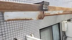 西宮市鉄の枠が雨の影響でサビで強度が下がっている