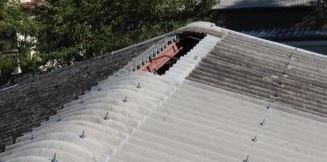 棟の飛んだ工場のスレート屋根
