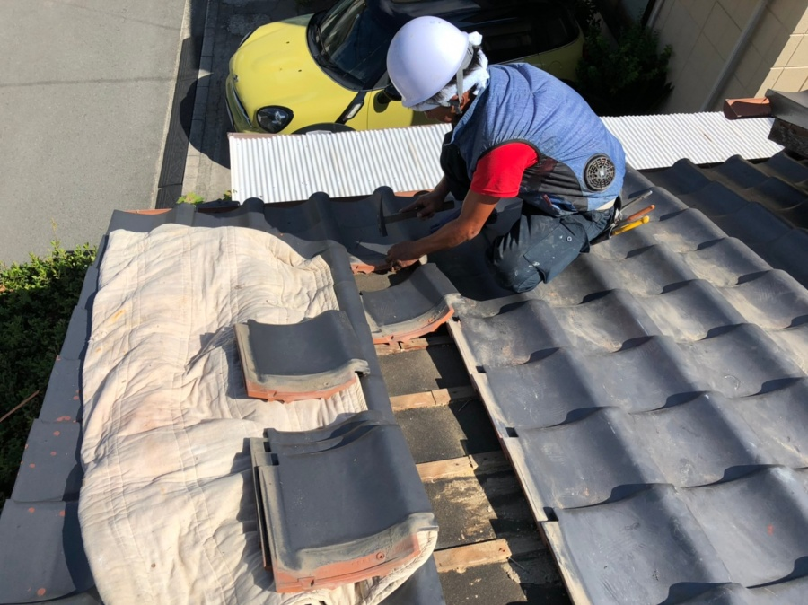 西宮市瓦屋根を一枚一枚めくる作業
