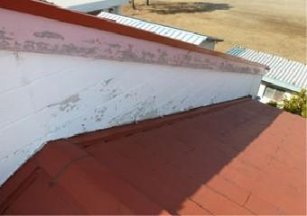 破風板の塗膜が剥がれている屋根